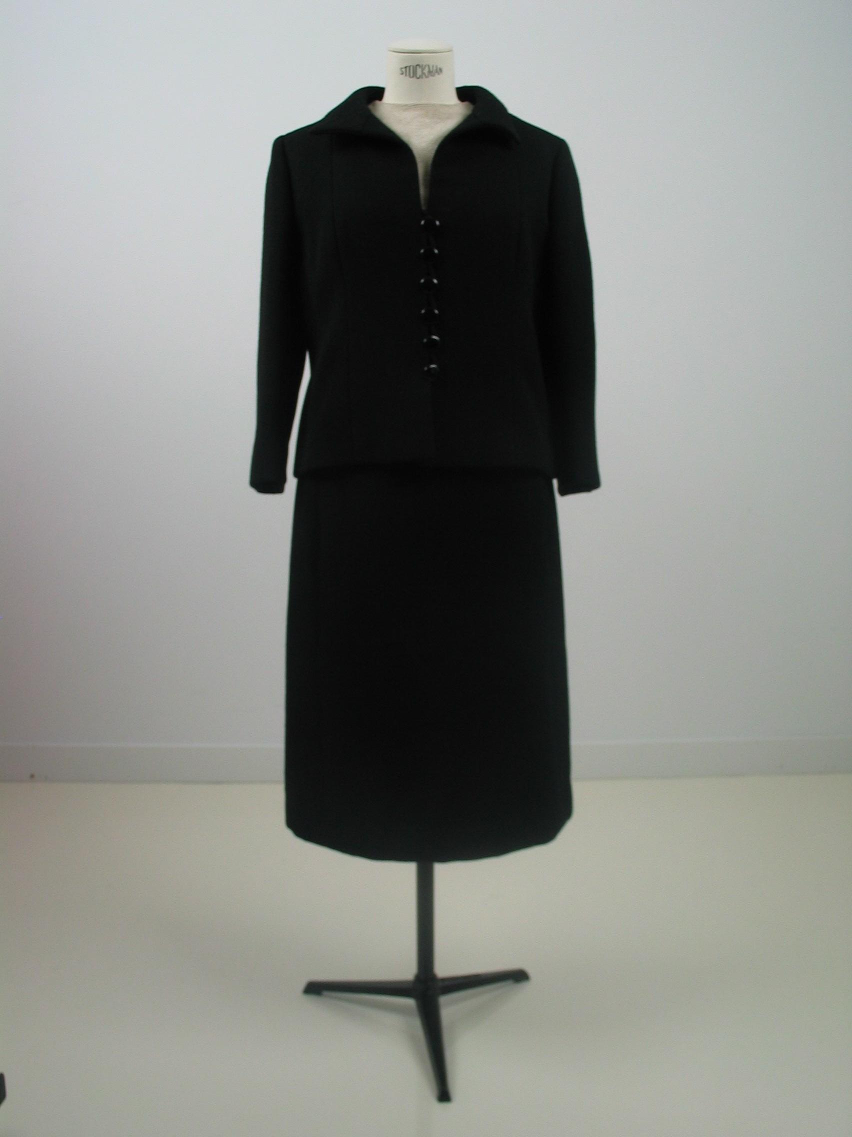 Traje de chaqueta en sarga negra con cuerpo en otoman marfil
