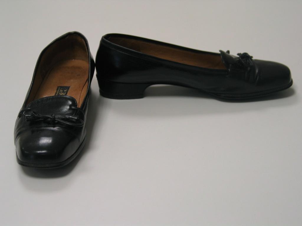 Zapatos de cuero negro con cordones de seda rematados con adorno dorado
