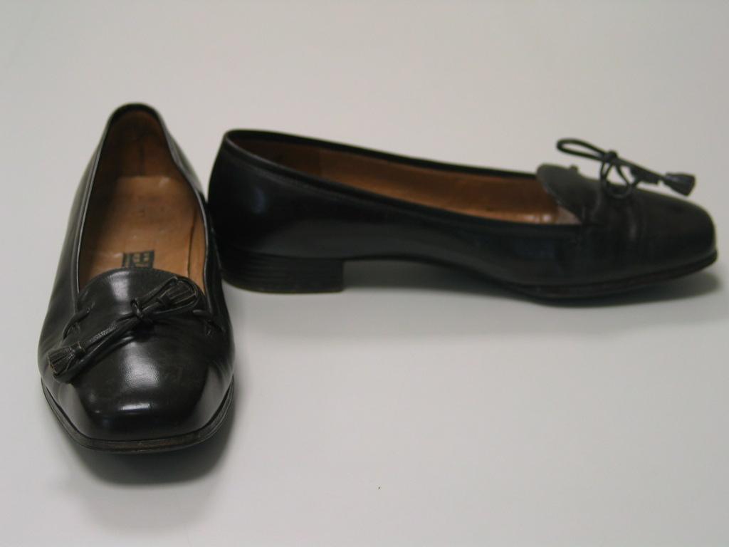 Zapatos de cuero negro con borlas de cuero