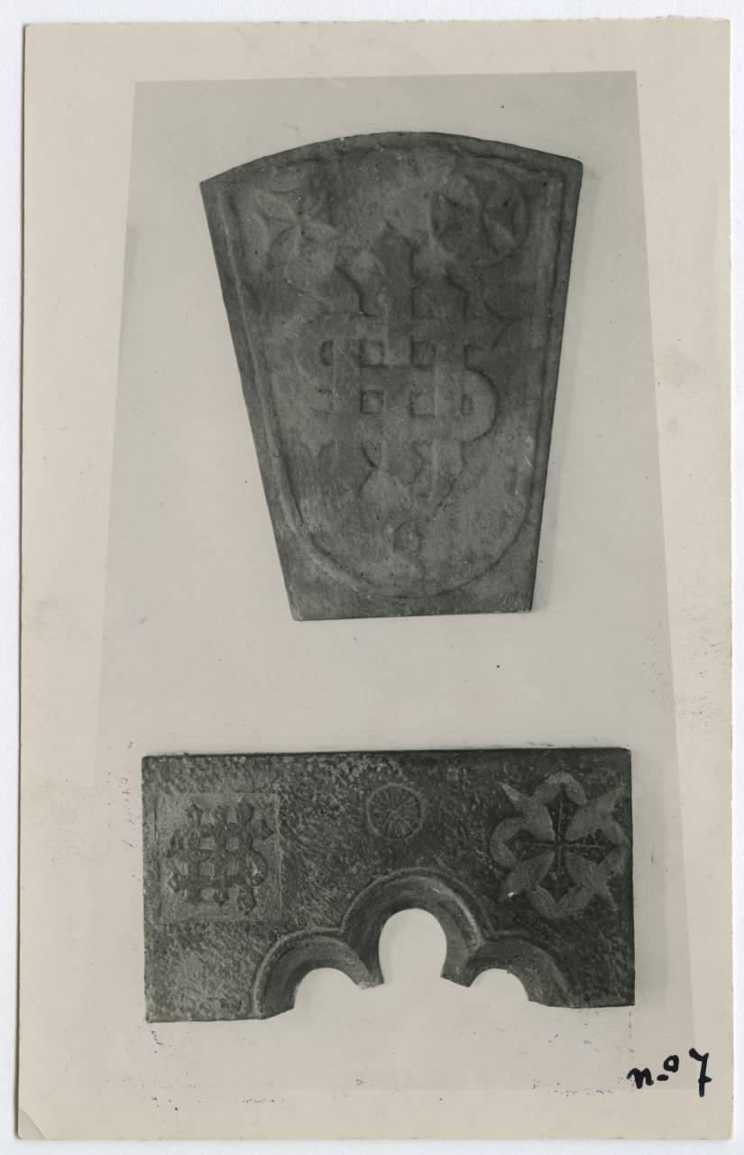 Facsímiles de escudo y dintel puerta