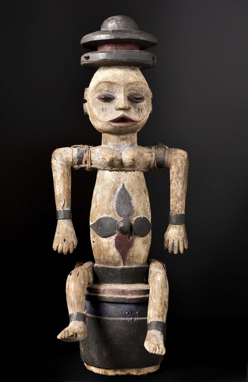 Estatua tribal de una marioneta africana