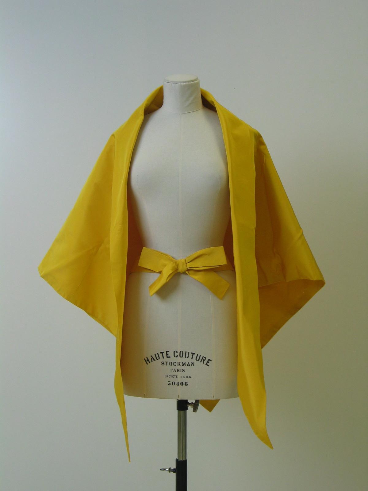 Pañoleta-echarpe y cinturón en falla amarilla