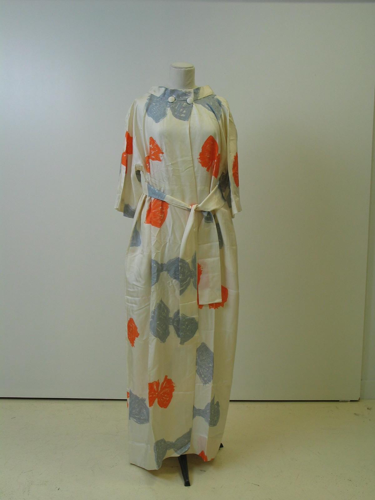 Bata en seda marfil con estampación de lazos naranjas y grises