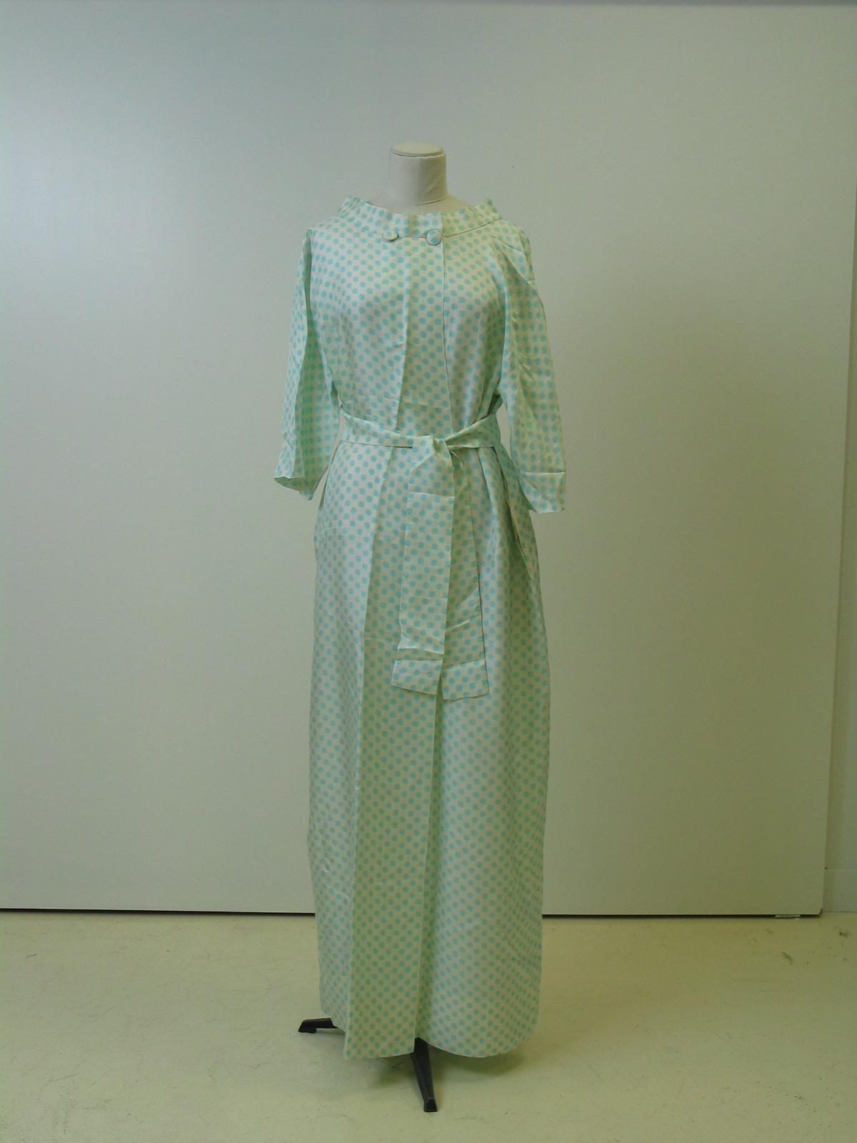 Bata en seda blanca con estampacion de color azul turquesa