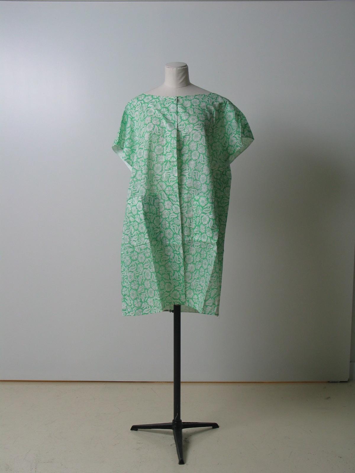 Bata en algodón blanco con estampación verde, realizando motivos florales por reserva.