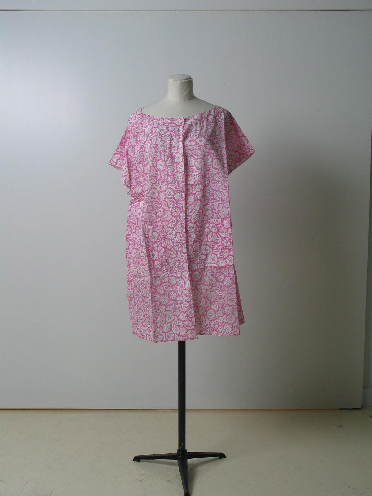 Bata en algodón blanco con estampación rosa, realizando motivos florales por reserva.