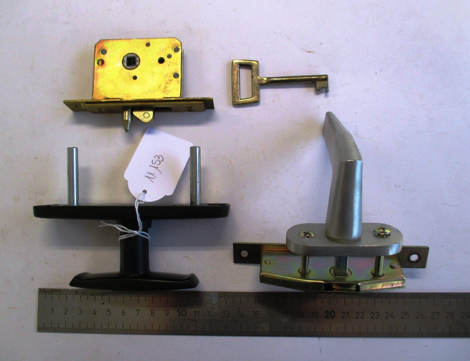 Conjunto de 3 picaportes y una llave.