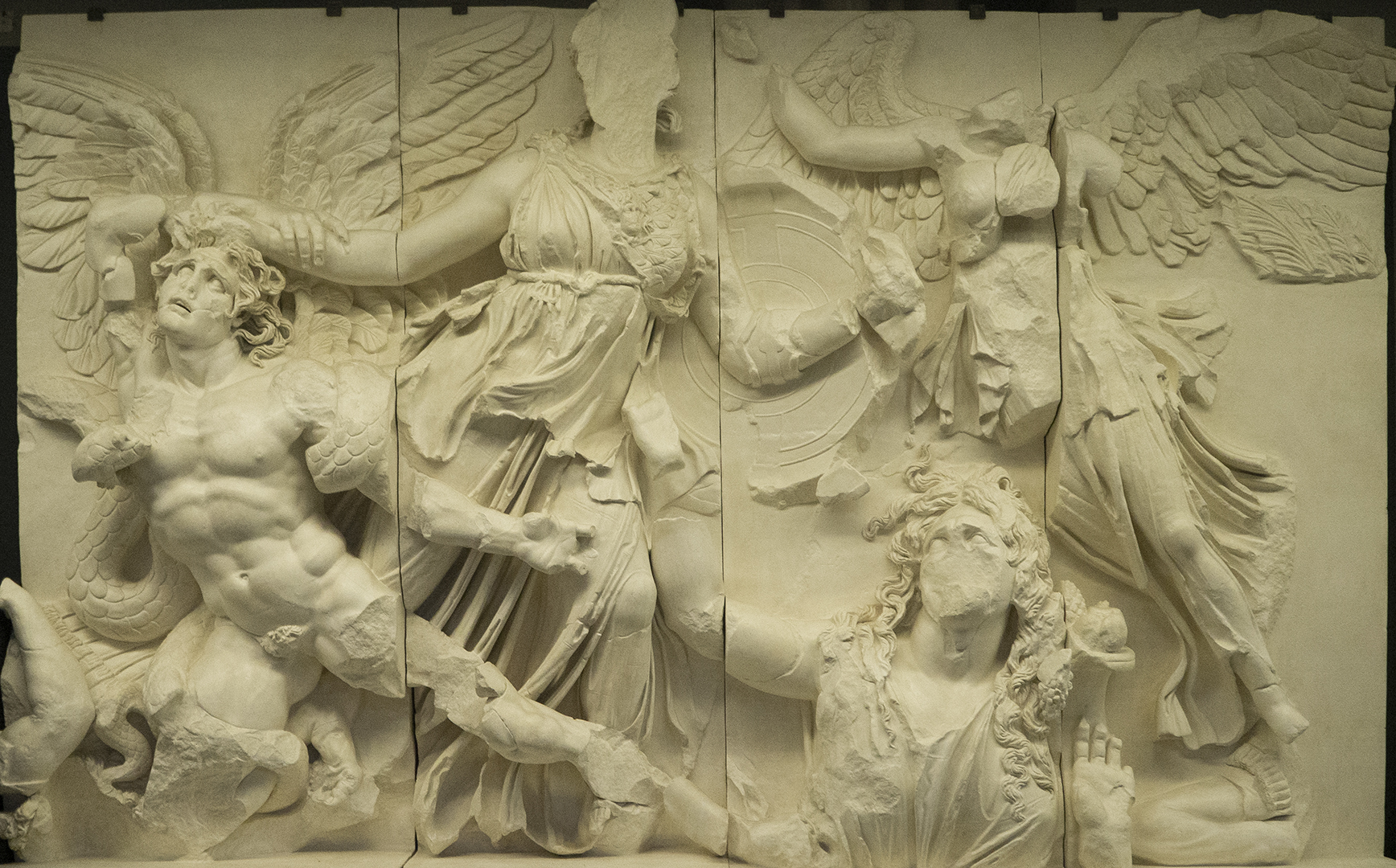 Altar de Zeus en el Pérgamo. Atenea luchando contra los gigantes.
