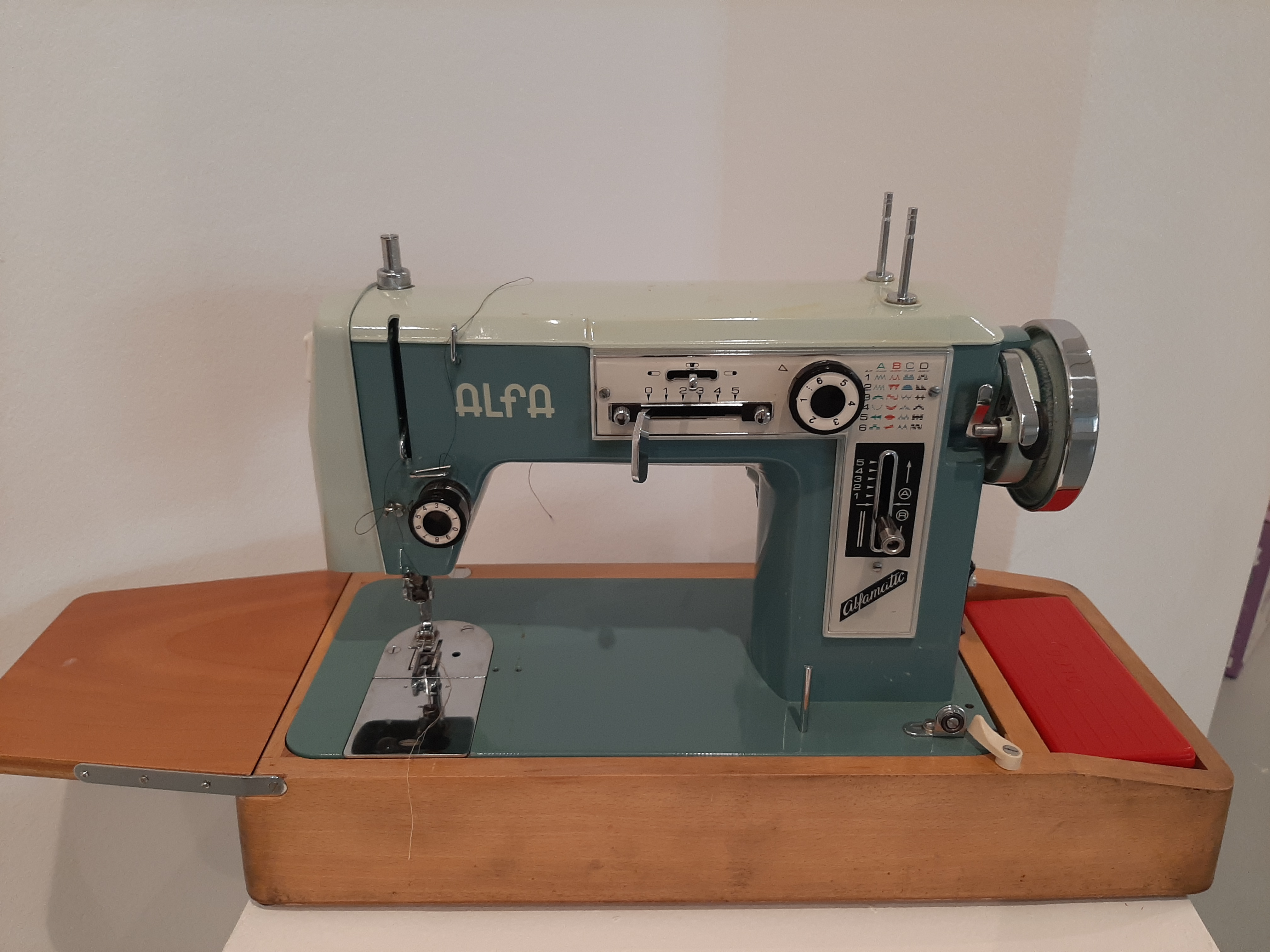 Maquina de coser ALFA Mod. Alfamatic 9025