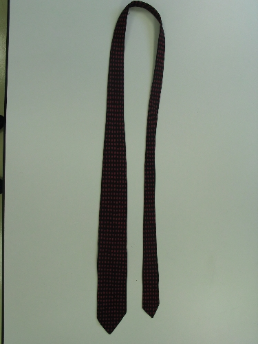 Corbata de color negro y fresa