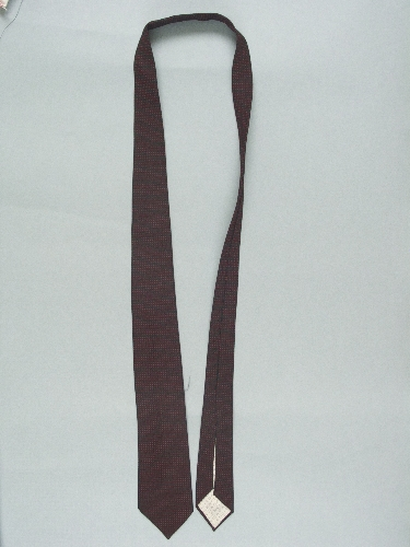 Corbata en sarga negra bordada con cuadritos rojos