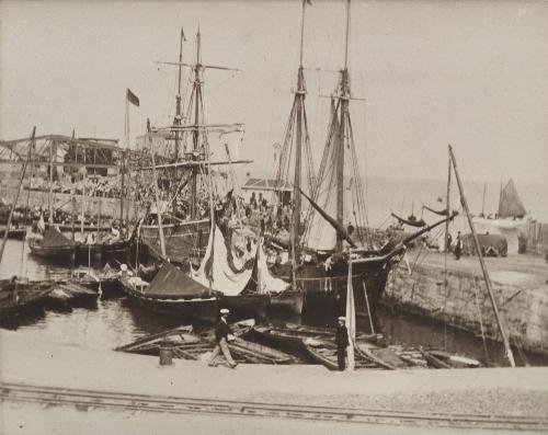 Barcos veleros en un puerto