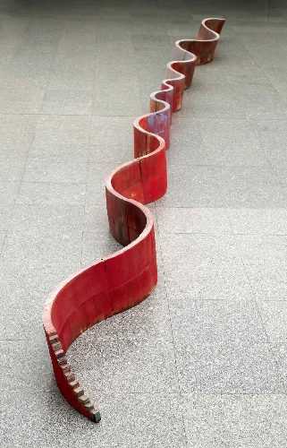 Long red wall [Largo muro rojo]