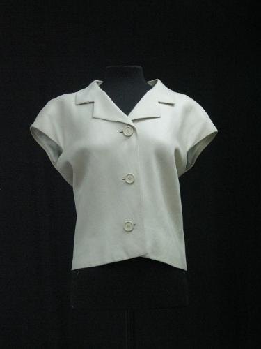 Blusa de hilo marfil con cuello camisero y maga japonesa corta