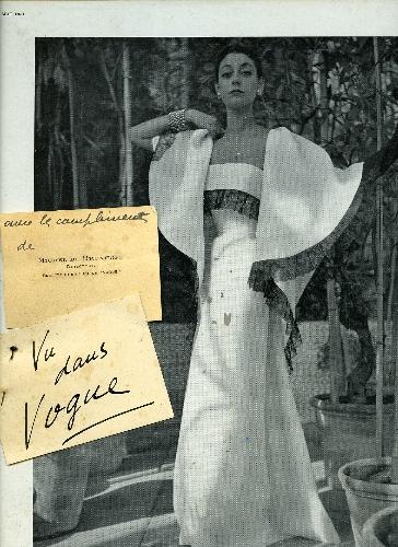 Expositor publicitario con página de revista con fotografía de Henry Clarke de modelo de Balenciaga