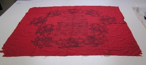 Pañuelo de seda rojo con estampado en negro