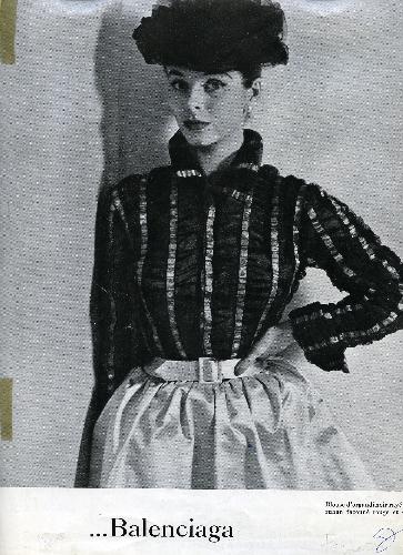 Página de revista con fotografía de Yurek con modelo de Balenciaga
