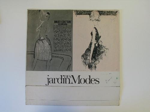 Expositor publicitario con dos páginas de revista pegadas con ilustración de dos modelos de Balenciaga