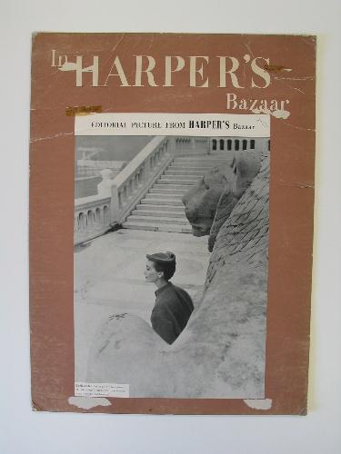 Expositor publicitario con recorte de página de la revista Harper's Bazaar con fotografía de modelo de Balenciaga