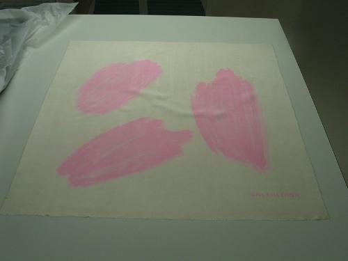 Pañuelo de seda estampado en rosas sobre fondo beis