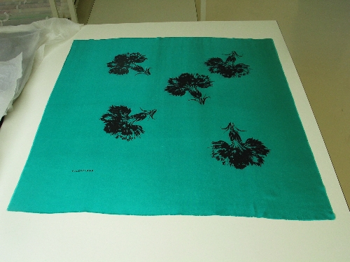Pañuelo de seda verde esmeralda con estampación en negro de claveles.