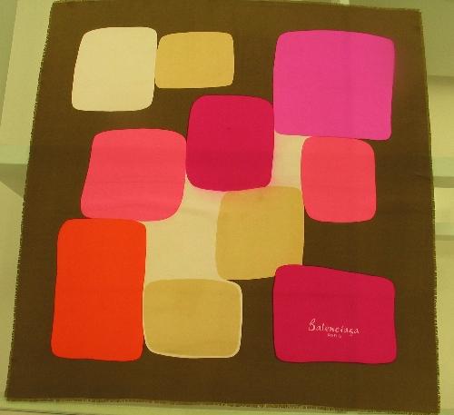 Pañuelo de seda marrón con rectangulos en tonos rosas y beiges.