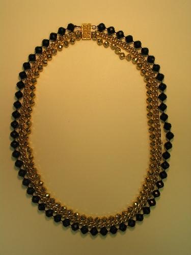 Collar triple largo con cierre de enganche en metal dorado