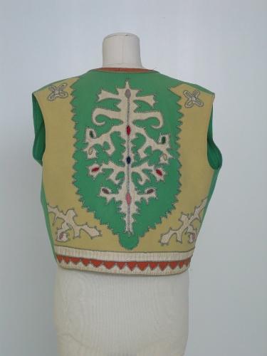 Chaleco  de lana verde con aplicaciones en la espalda