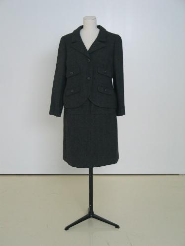Traje de chaqueta en sarga gris con 4 tapetas.