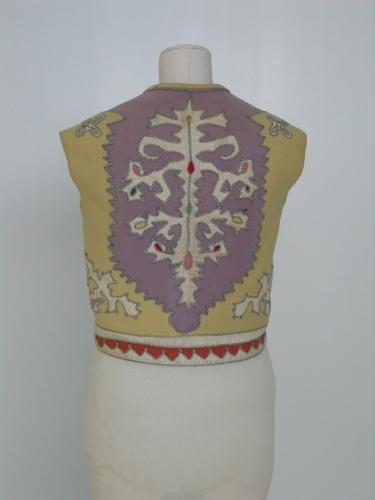 Chaleco  de lana lila con aplicaciones en la espalda