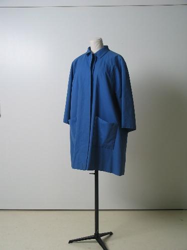 Gabardina en azul lavanda con forro de cuadros en lana.