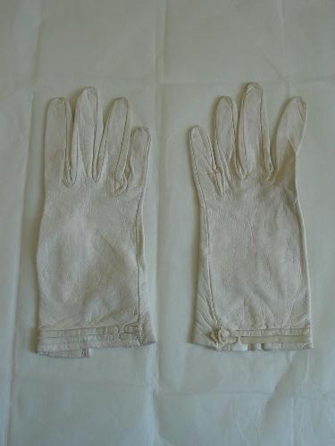 Pareja de guantes de cuero blanco