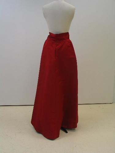 Falda de noche en otoman granate con cinturón raso granate.