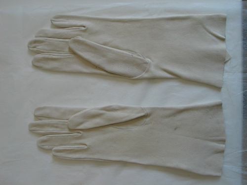 Pareja de guantes de ante blanco