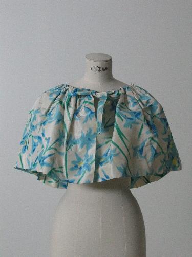 Capa corta en tafetan ikat, estampado floral en tonos azules.