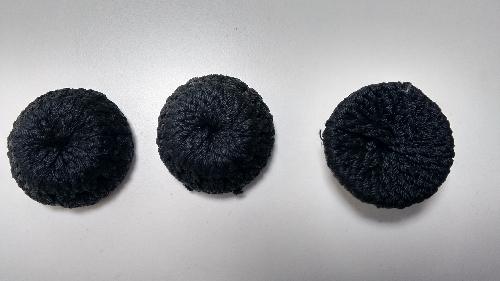 Botones  de cordoncillo negro.