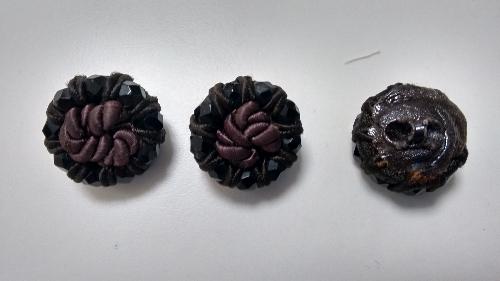 Botones  de cordoncillo marrón  y piedras facetadas negras.