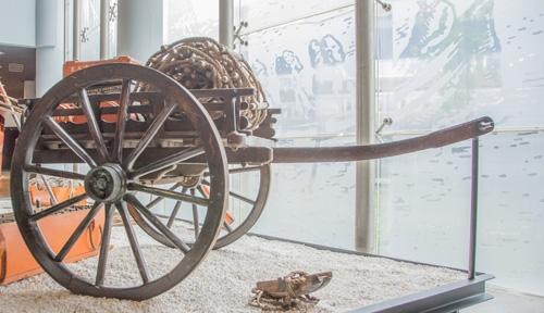 Carro utilizado para transportar material de salvamento