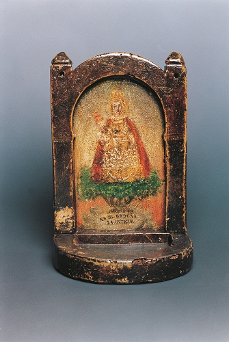 Plato petitorio decorado con la Virgen de La Antigua