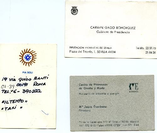 Tres tarjetas de visita de distintas personas.