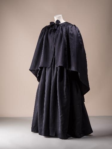 Capa de noche en seda negra shantung