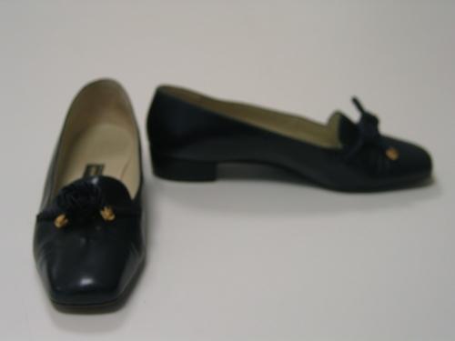 Zapatos de cuero azul marino con cordones de seda rematados con adorno dorado