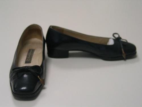 Zapatos de cuero azul marino con cordones de cuero rematados con adorno dorado