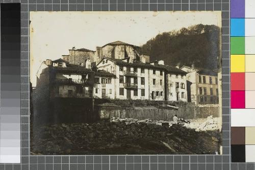 Casas adosadas a la muralla y ábside de San Vicente