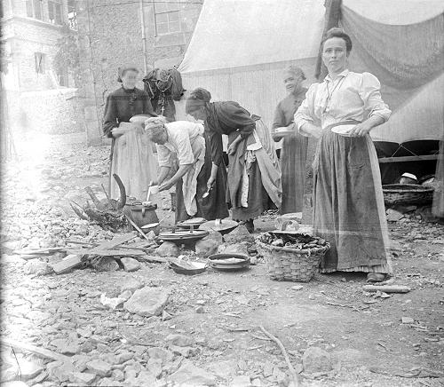 Preparando la comida de un dia de romeria, junto al ayuntamiento