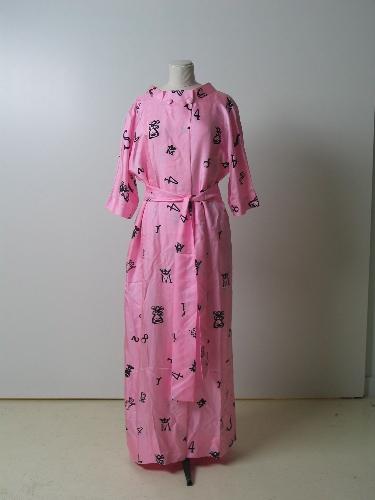 Bata en seda rosa con estampación en negro