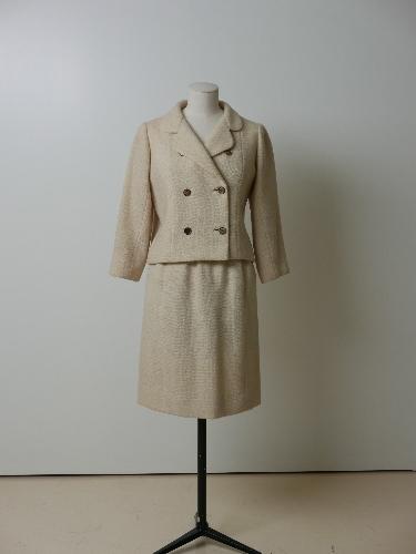 Traje de chaqueta en color hueso, con botonadura doble dorada