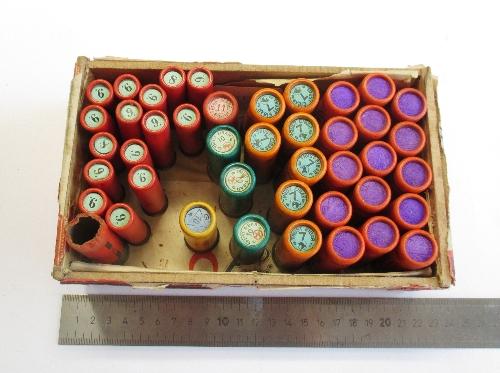 Caja que contiene  43  cartuchos de diferentes calibres.