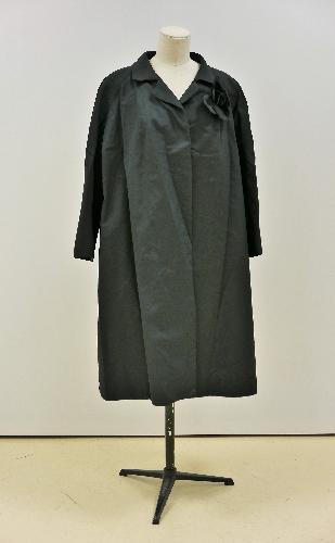 Abrigo de cóctel en  gros de napoles negro, con flor de seda negra