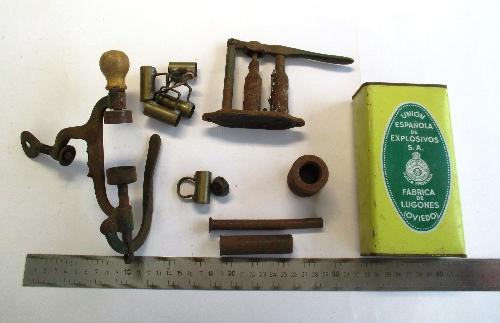 Conjunto de utensilios: cargador de cartuchos, medidores y lata de pólvora.